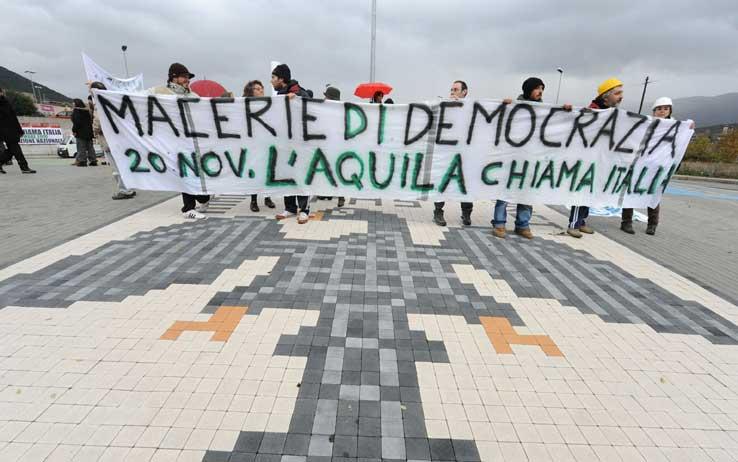 """""""Macerie di Democrazia"""", L'Aquila protesta ma resta sola"""