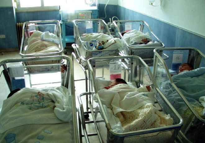 Neonati lontani dalle mamme dopo il parto all'Umberto I di Roma: «mancano le strutture»