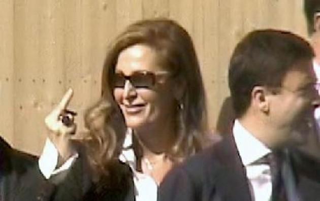 La Santanchè saluta la Littizzetto con il dito medio al TG di LA7