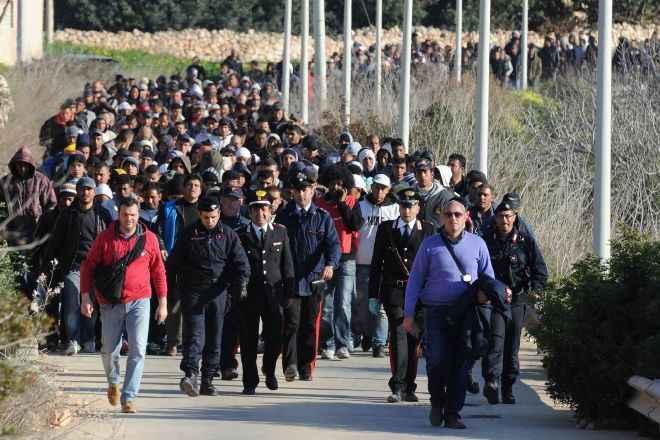 """Lampedusa, """"l'invasione"""" dei giovani tunisini che cercano lavoro e dignità"""