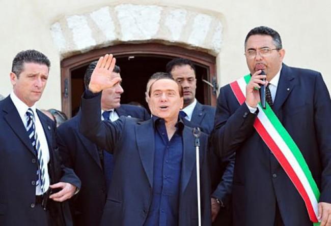 Casinò, nobel e colore. Lo show berlusconiano a Lampedusa tra promesse e claque