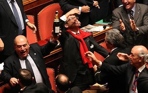 Quanto deve essere grande uno scandalo per le dimissioni di un politico italiano?