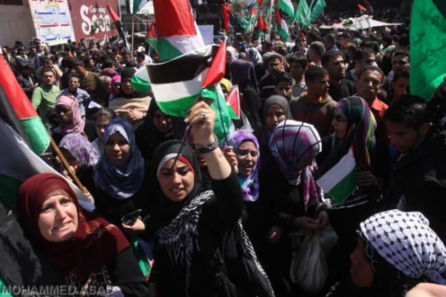 Palestinesi in piazza per l'unità, Hamas e Israele hanno paura
