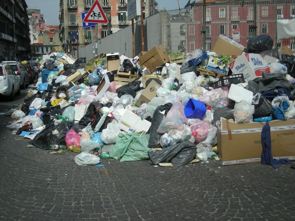 E' di nuovo emergenza rifiuti a Napoli – Photogallery