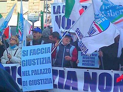 """Berlusconi """"tifato"""" a Milano: amore spontaneo ma """"basta che paghino"""""""