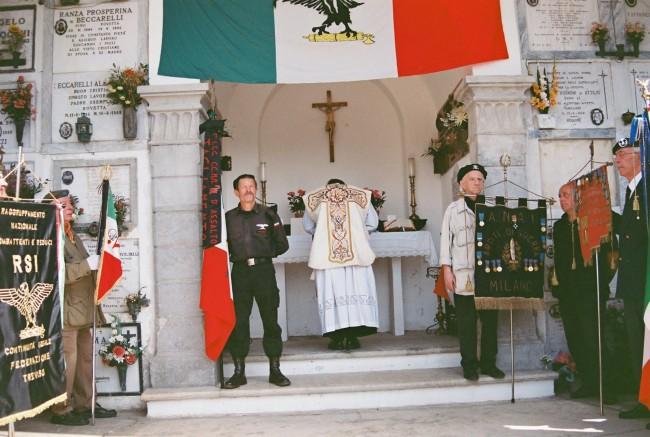 """Aquile, slogan e camerati, a Rovetta la """"messa fascista"""" per celebrare i caduti"""