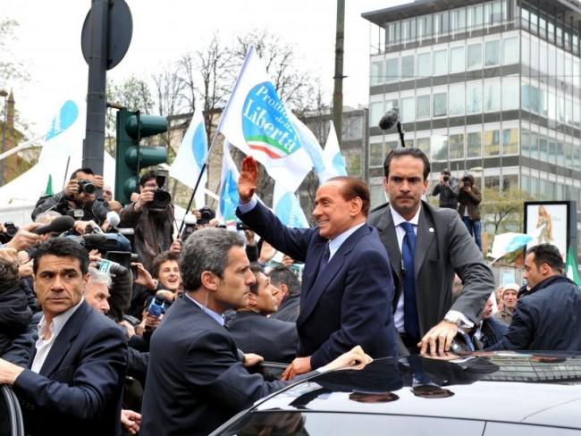 Ballottaggi e processi, Berlusconi scarica tutti e vola in Romania
