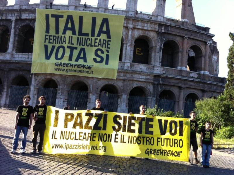 """Blitz di Greenpeace sui monumenti: """"Italia ferma il nucleare, vota sì"""""""