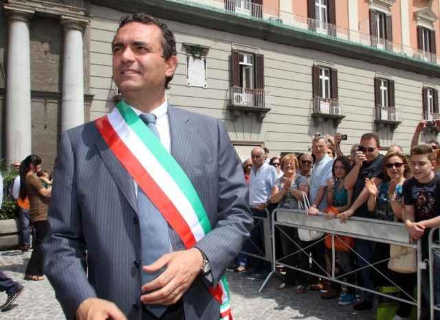 De Magistris con la fascia tricolore, la prima uscita pubblica