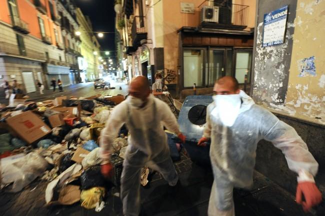 Napoli scoppia sotto i rifiuti