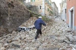 Terremoto lAquila 300x199 Lettere dallAquila   I turisti: Ringraziate Berlusconi che ha fatto le case