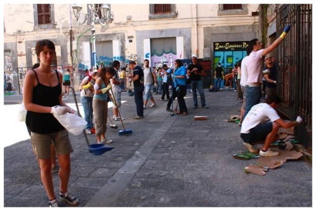 Napoli risorge, giovani e Facebook contro la munnezza