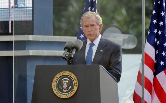 Bush acclamato a Ground Zero, silenzio per Obama