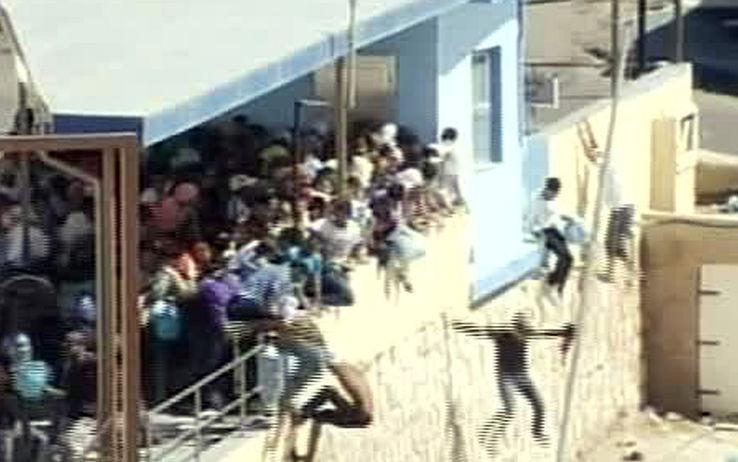 Video shock, a Lampedusa le forze dell'ordine costringono i migranti a gettarsi giù da un muro