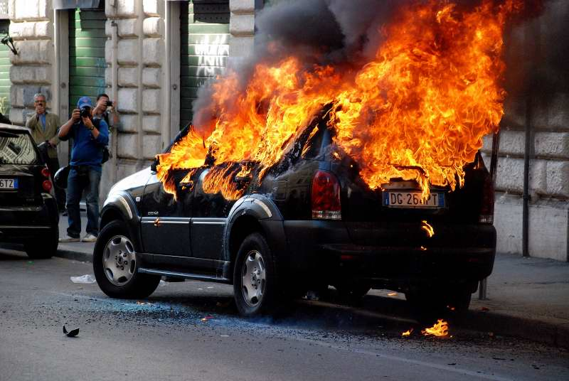 Indignados a Roma, incendi e danni a via Cavour – Photogallery