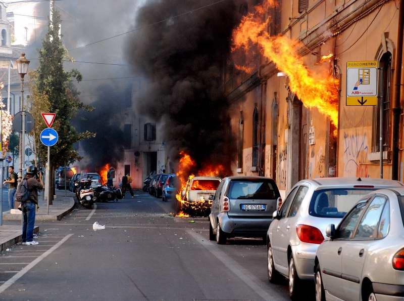 Indignados a Roma: gli scontri in via Labicana – Photogallery