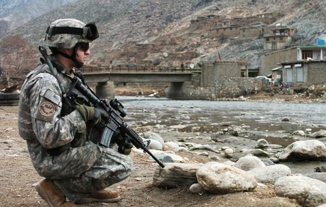 Dieci anni di Afghanistan, morti e distruzioni per proteggere i papaveri?