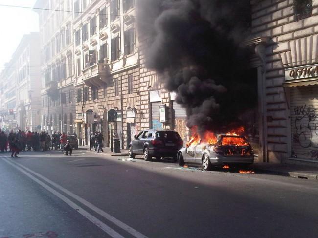Indignados a Roma, incendi e scontri