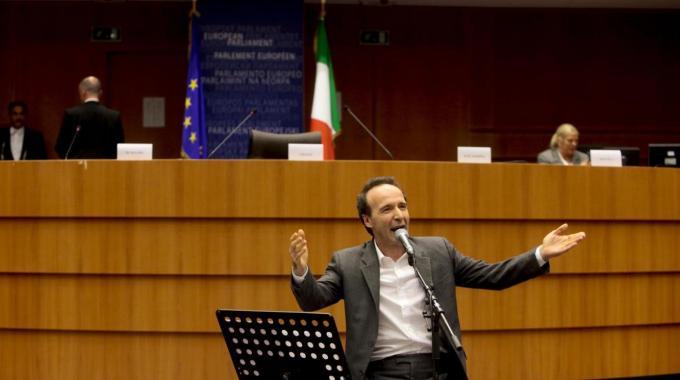 Roberto Benigni commenta le dimissioni di Berlusconi al Parlamento europeo (video)