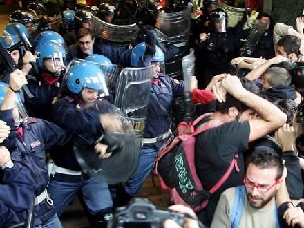 Manifestazione degli studenti a Milano, proteste e cariche delle forze dell'ordine – video