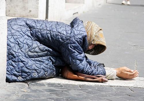Disabili costretti a mendicare nel cuore di Roma