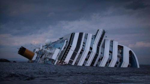 costa concordia 6905 500x281 La consuetudine del saluto al Giglio, Capitaneria e Guardia Costiera doverano?