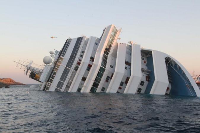 La nave Concordia affonda a largo del Giglio, le immagini