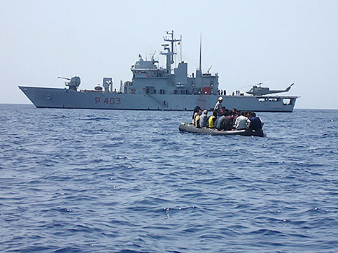 marina clandestini Respingimenti in mare, lItalia condannata. Maroni: Rifarei tutto