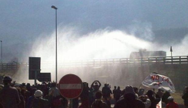 No Tav, idranti e lacrimogeni in Val di Susa – video