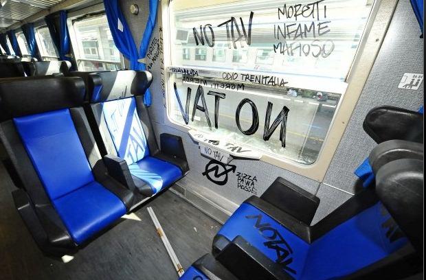 I No Tav viaggiano in treno e lo distruggono