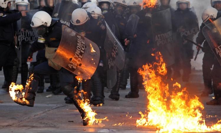 La Grecia in fiamme contro l'austerity