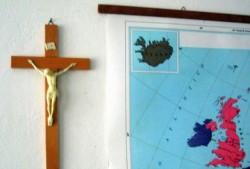 Via crocefissi e simboli religiosi, la secolarizzazione della società inglese