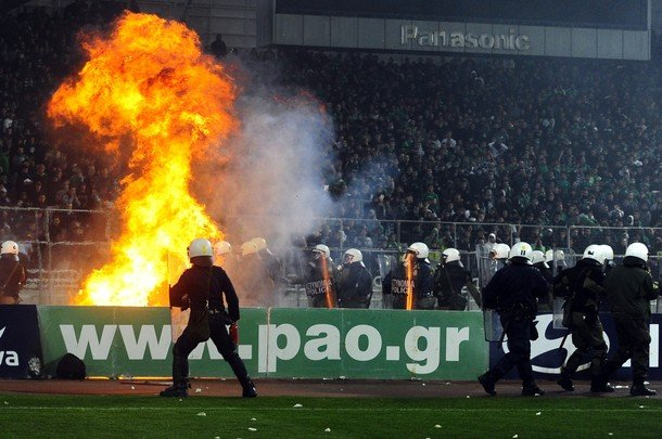 Panathinaikos – Olympiakos, scontri e violenze con la polizia – video