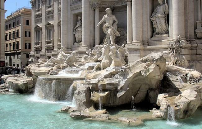 La Fontana di Trevi si sgretola. Alemanno chiede aiuto agli amici