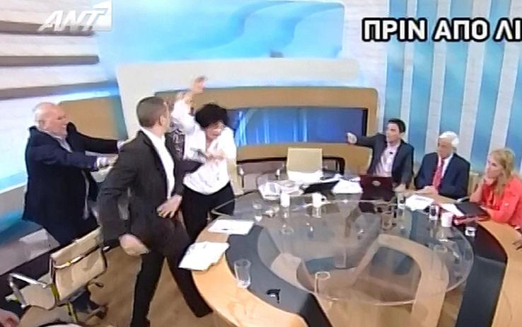 Deputato neonazista greco picchia una collega in diretta