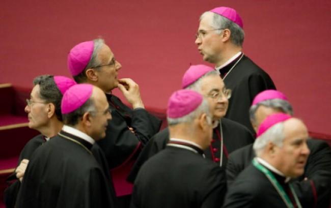 Chiesa e pedofilia: salta l'obbligo di denuncia. Il Vaticano contro la Cei