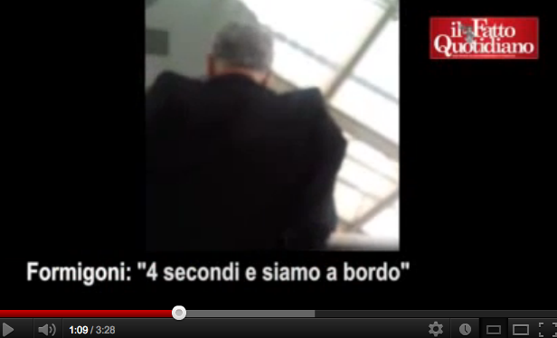 Formigoni, arroganza in aeroporto – VIDEO