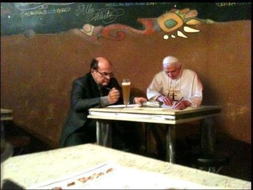 Bersani con Ratzinger, lo sfottò del web