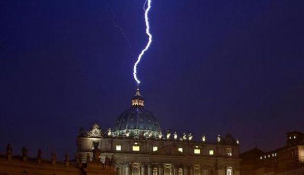 Fulmine sul Vaticano, ecco il video