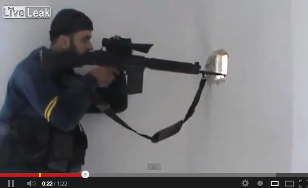 """Il """"lavoro"""" di un cecchino in Siria, ma viene quasi ucciso – VIDEO"""