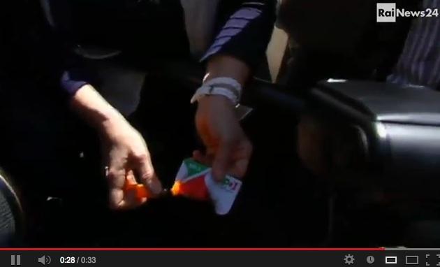 #Quirinale: fuori dal Parlamento i militanti bruciano tessere del #Pd – VIDEO