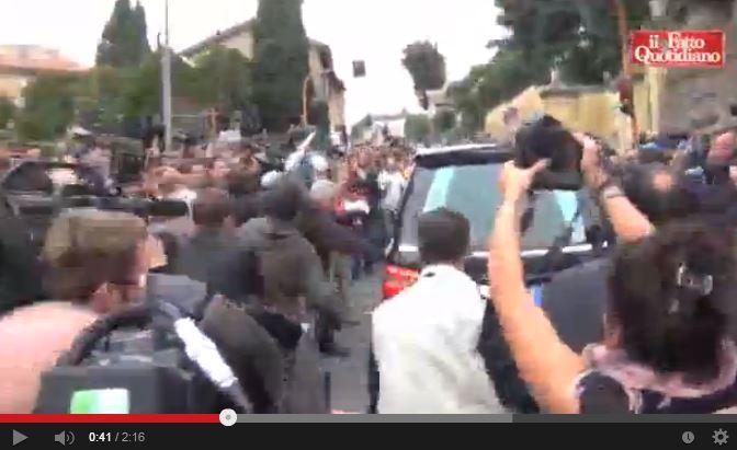 Assaltato a calci e pugni il carro funebre di Priebke ad Albano
