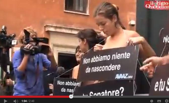 Attivisti di Avaaz nudi contro il voto segreto in Senato per la Decadenza di Berlusconi