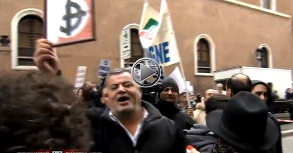 """Ecco i """"moderati"""" di Berlusconi. Alla manifestazione croci celtiche e aggressioni"""