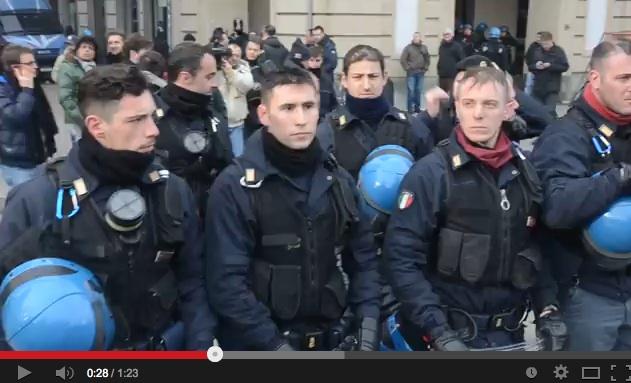 Torino, i poliziotti si tolgono il casco, i manifestanti li applaudono – VIDEO