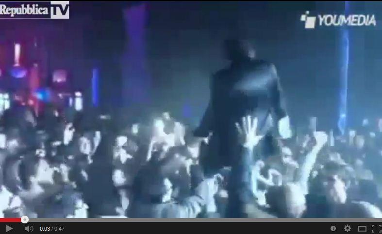 Morgan si lancia sul pubblico ma tutti si spostano – VIDEO