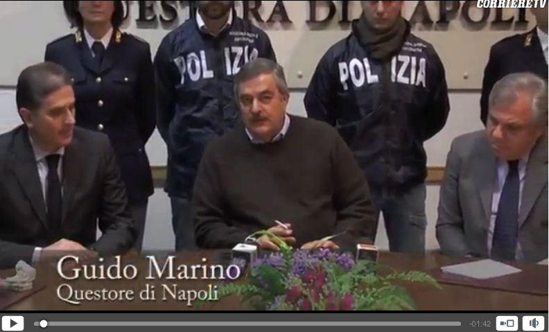 Il Questore di Napoli fuma in conferenza stampa, la legge sul fumo non vale più? – FOTO