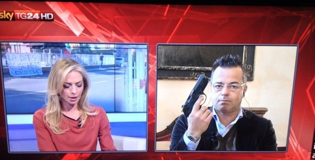 Buonanno in tv con una pistola – LA FOTO