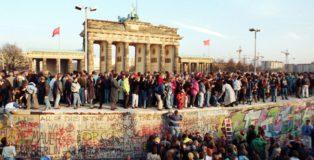 Folla di berlinesi alla Porta di Brandeburgo, il 10 novembre 1989