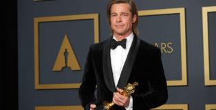Brad Pitt posa nel backstage agli Oscar 2020